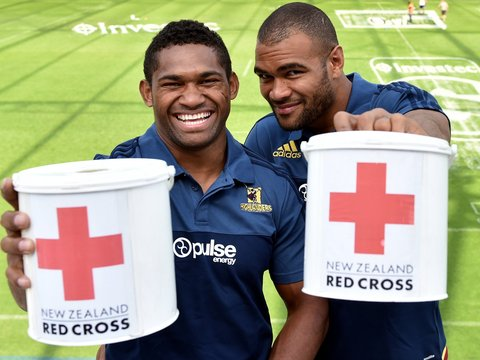 Highlanders' players collect for Fiji